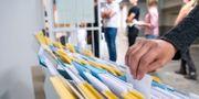 Valsedlar väljs framför kön utanför en vallokal. Arkivbild. Johan Nilsson/TT / TT NYHETSBYRÅN