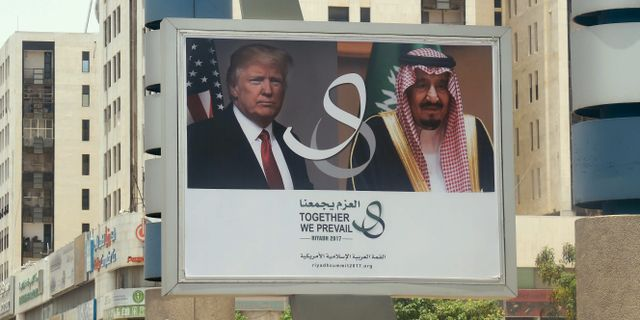 En reklamskylt i Riyadh inför Donald Trumps besök.   FAYEZ NURELDINE / AFP