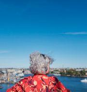 Kvinna lyssnar på podd, illustrationsbild. Stina Stjernkvist/TT / TT NYHETSBYRÅN