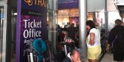 Strandade passagerare på flygplatsen i Bangkok. LILLIAN SUWANRUMPHA / AFP