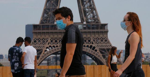 Människor med munskydd i Paris.  Michel Euler / TT NYHETSBYRÅN