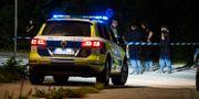 Polis vid avspärrning i närheten av den plats i Stocksund strax norr om Stockholm där en man påträffades efter en skottlossning på måndagskvällen. Jessica Gow/TT / TT NYHETSBYRÅN