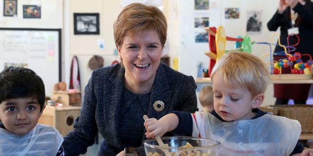 Skottlands försteminister Nicola Sturgeon tillsammans med barn som inte längre får agas av sina föräldrar. ANDREW MILLIGAN / POOL