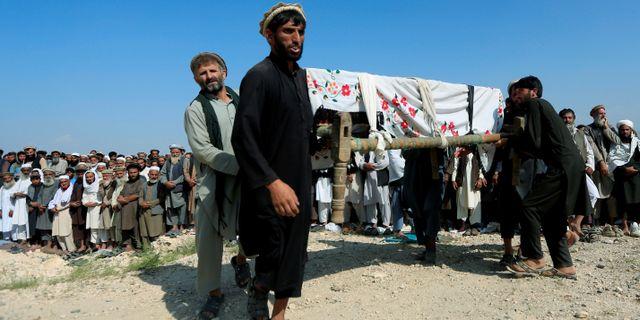Män bär på en kista i Nangarhar-provinsen. PARWIZ / TT NYHETSBYRÅN