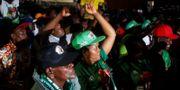 Mnangagwa-supportrar reagerar på domstolens besked. TT