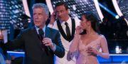 Lochte mellan programledaren Tom Bergeron och dansaren Cheryl Burke Skärmdump