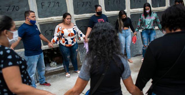 Anhöriga sörjer en person som dödades i räden.  Bruna Prado / TT NYHETSBYRÅN