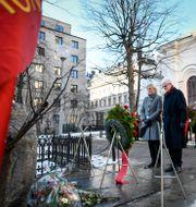 Socialdemokraternas partisekreterare Lena Rådström Baastad och tidigare statsminister Ingvar Carlsson vid Palmes grav tidigare i år. ALI LORESTANI/TT / TT NYHETSBYRÅN