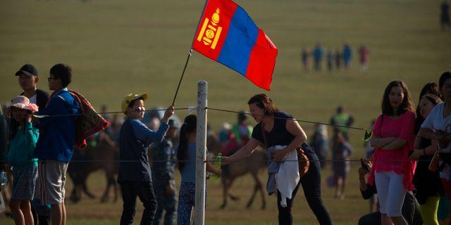 En pojke håller en mongolisk flagga under Naadam Festival. Mark Schiefelbein / TT / NTB Scanpix