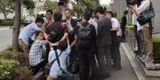 Journalister intervjuar en aktieägare utanför mötet Shizuo Kambayashi / TT NYHETSBYRÅN
