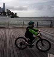 Pojke i New York med ansiktsmask. Mark Lennihan / TT NYHETSBYRÅN