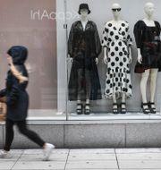 Illustrationsbild. Kvinna går förbi Kappahlbutik i centrala Stockholm. Fredrik Sandberg/TT / TT NYHETSBYRÅN