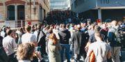 Människor samlas utanför Googles kontor i Zürich, Schweiz. SOCIAL MEDIA / TT NYHETSBYRÅN