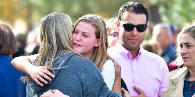 Elever sörjer på Saugus High School. FREDERIC J. BROWN / AFP