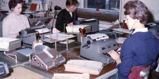 Maskinskrivning utifrån inlästa koncept på diktafon, ett vanligt arbete för inhyrd kontorspersonal. Skandias huvudkontor, ca 1960. Skandias historiska arkiv hos Centrum för Näringslivshistoria. Skandias arkiv hos Centrum För Näringslivshistoria