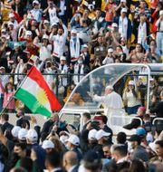 Påven på väg till framträdandet i Erbil. Andrew Medichini / TT NYHETSBYRÅN