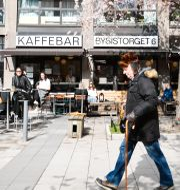 Personer på uteservering på Bysistorget på Södermalm i Stockholm igår. Ali Lorestani/TT / TT NYHETSBYRÅN