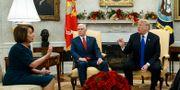 Demokraternas Nancy Pelosi i diskussion med president Donald Trump i Vita huset. I mitten: vicepresident Mike Pence. Evan Vucci / TT NYHETSBYRÅN
