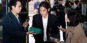 K-popsångaren Jung Joon-young frågas ut av reportrar när han anländer till rätten i Seoul för att höras. Lee Jin-man / TT NYHETSBYRÅN/ NTB Scanpix