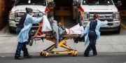En patient förs in på sjukhus. John Minchillo / TT NYHETSBYRÅN