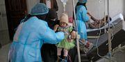 En flicka med misstänkt kolera får behandling på ett sjukhus i Sanaa, Jemen.  Hani Mohammed / TT NYHETSBYRÅN