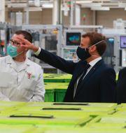 Arkivbilder: Vänster: Teslas fabriksbygge i Tyskland, Northvolt i Sverige, Stellantis kontor i Michigan. Höger: Frankrikes president Emmanuel Macron besöker den franska fordonskomponenttillverkaren Valeo TT