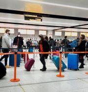 Arkivbild. Resenärer på flygplatsen Gatwick utanför London.  Gareth Fuller / TT NYHETSBYRÅN