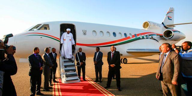 al-Bashir på flygplatsen i Khartoum efter resan till Qatar.  ASHRAF SHAZLY / AFP