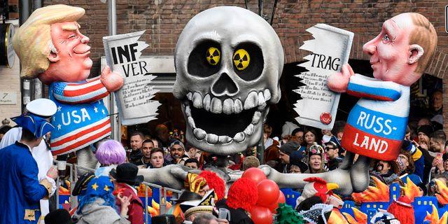 Bild från en karneval i Tyskland. Trump och Putin river sönder INF-avtalet. Martin Meissner / TT NYHETSBYRÅN/ NTB Scanpix