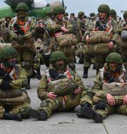 Ryska fallskärmssoldater övar i staden Taganrog i närheten av Ukraina på torsdagen TT NYHETSBYRÅN