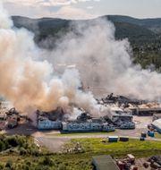 Fabriken i brand i Älvsbyn. Jens Ökvist / TT / TT NYHETSBYRÅN
