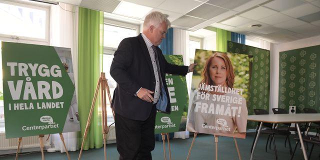 Michael Arthursson med en valaffish med Annie Lööf. Janerik Henriksson/TT / TT NYHETSBYRÅN