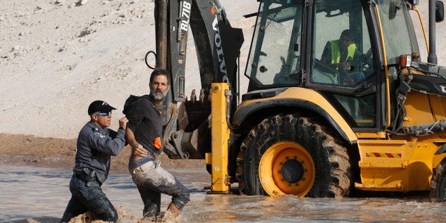 Israelisk polis griper en aktivist vid en bulldozer nära byn Khan al-Ahmar, 15 oktober. Nasser Shiyoukhi / TT NYHETSBYRÅN/ NTB Scanpix