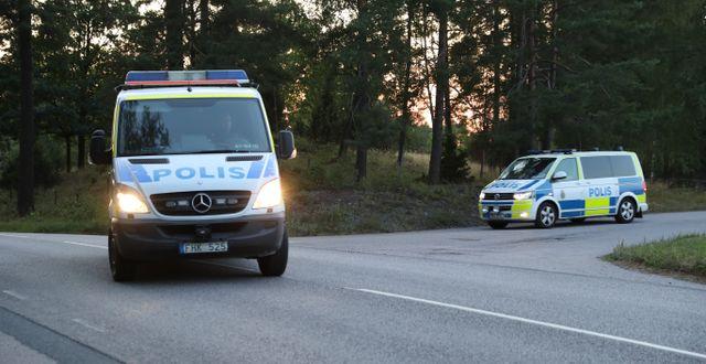 Polisbilar lämnar området. Per Karlsson/TT / TT NYHETSBYRÅN