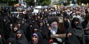 Demonstranter i Iran huvudstad Teheran ropar slagord mot USA och Israel under en protest i förrgår. Ebrahim Noroozi / TT NYHETSBYRÅN/ NTB Scanpix