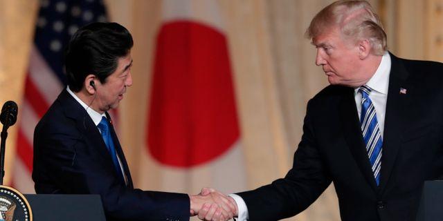 Arkivbild: Japans premiärminister Shinzo Abe och USA:s president Donald Trump skakar hand.  Lynne Sladky / TT NYHETSBYRÅN/ NTB Scanpix