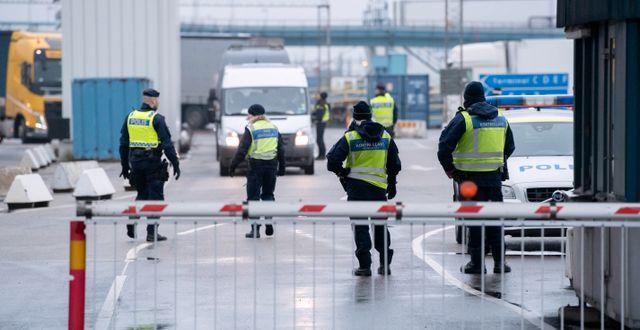 Polis, passkontrollanter, tull och kustbevakning arbetar i hamnen i Trelleborg. Johan Nilsson/TT / TT NYHETSBYRÅN