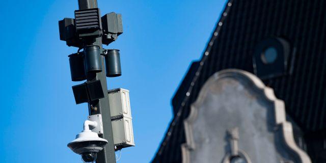En av polisens övervakningskameror med ljudsensorer som skall larma om skottlossningar på Stortorget i Malmö. Johan Nilsson/TT / TT NYHETSBYRÅN