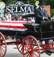 John Lewis hyllas i Selma, Alabama.  TT