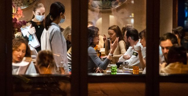 Gäster på hippa Moskva-restaurangen Patriarshiye Prudy i mitten av oktober.  Pavel Golovkin / TT NYHETSBYRÅN