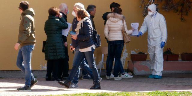 Invånare i Vò Euganeo köar för att testas. Andrea Casalis / TT NYHETSBYRÅN
