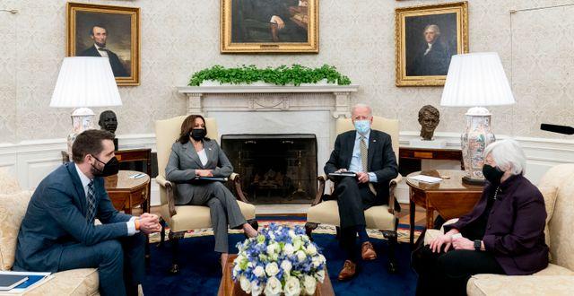 Arkivbild: President Joe Biden i Ovala rummet, tillsammans med vice president Kamala Harris, finansminister Janet Yellen och ekonomiska rådets ordförande Brian Deese.  Andrew Harnik / TT NYHETSBYRÅN