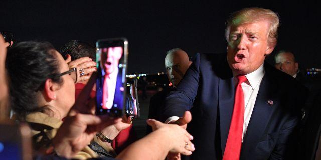 Trump skakar hand med supportrar.  MANDEL NGAN / AFP
