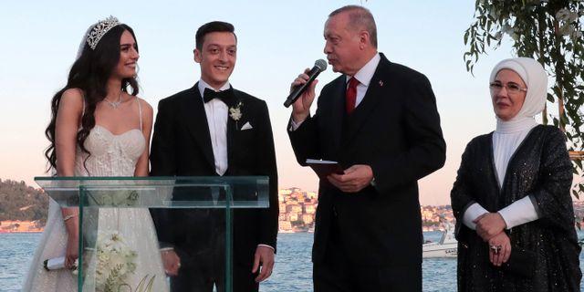 Mesut Özil, Amine Gülse, Recep Tayyip Erdogan och presidenthustrun Emine Erdogan. - / TURKISH PRESIDENTIAL PRESS SERVI