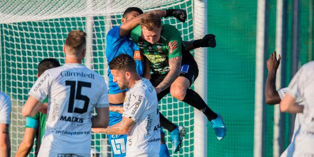 Häckens målvakt Jonathan Ursin Rasheed och Varbergs Jesper Modig under kvällens match.  KRISTER ANDERSSON / BILDBYRÅN