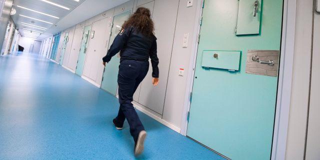 En kvinnlig häktesvakt går i en korridor på häktet i Huddinge. Arkivbild. Claudio Bresciani/TT / TT NYHETSBYRÅN