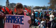 """En kvinnlig demonstrant vid Argentinas kongress håller upp en skylt som det står """"Ingen hunger"""" på. AGUSTIN MARCARIAN / TT NYHETSBYRÅN"""