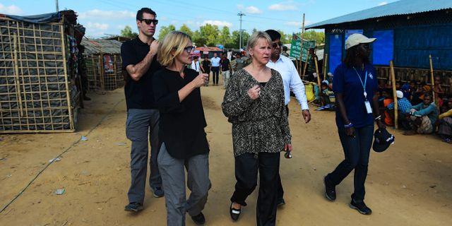 Utrikesminister Margot Wallström (centrum) i ett flyktingläger i Bangladesh i helgen. MUNIR UZ ZAMAN / AFP