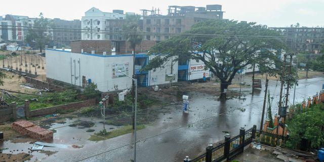 En översvämmad väg i Calcutta idag. DIBYANGSHU SARKAR / TT NYHETSBYRÅN