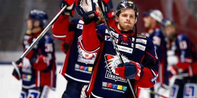 Linköpings Lukas Bengtsson tackar fansen efter tisdagens ishockeymatch i SHL mellan Linköping HC och Frölunda HC på Saab Arena. Stefan Jerrevång/TT / TT NYHETSBYRÅN